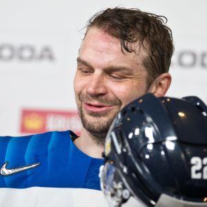 Janne Pesonen antaa haastattelua.