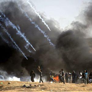 Kyynelkaasua leviää palestiinalaisten mielenosoittajien päälle.
