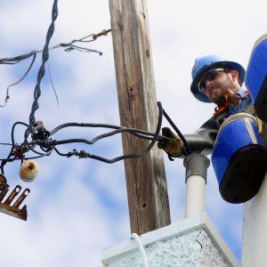 Sähkömies korjaamassa hurrikaani Marian tuhoja Puerto Ricossa marraskuussa 2017.