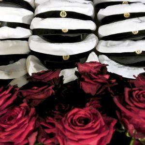 ylioppilaslakkeja ja ruusuja