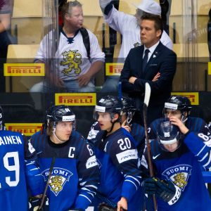 Suomen jääkiekkomaajoukkueen vaihtopenkkiä ja valmennusjohtoa MM-kisoissa.
