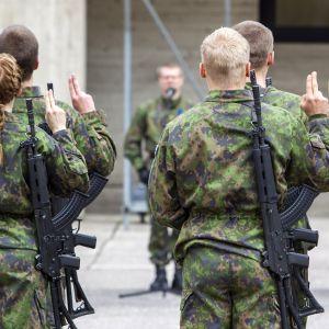 Varusmiesten valatilaisuus Kainuun prikaatissa Hoikankankaalla.