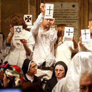 Santiagon katedraalissa järjestetty mielenosoitus. Chilen katolista kirkkoa on syytetty seksiskandaalin peittelystä ja Santiagon arkkipiispa on pyytänyt sitä anteeksi.