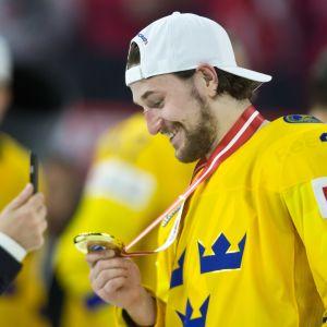 Filip Forsberg hymyilee MM-kultamitali kaulassaan.