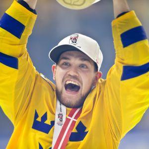 Viktor Arvidsson nostaa maailmanmestaruuspokaalia.