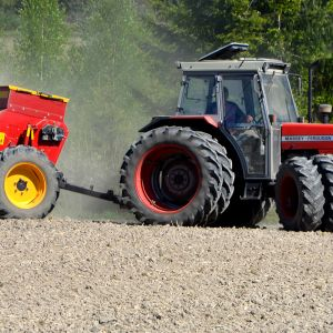 Traktori kevätkylvössä