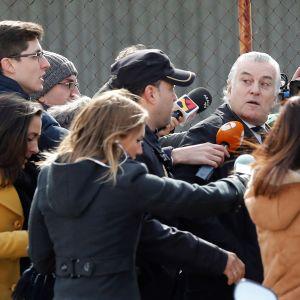 Luis Bárcenas toimittajien ympäröimänä.