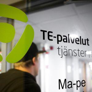 Mies työvoimatoimistossa Helsingissä.