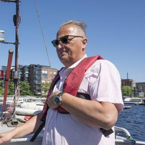 Tampereen satamapäällikkö Matti Joki hinaajan kannella Ratinan satamassa.