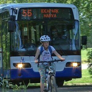 Bussi ajaa kylämaisemassa.