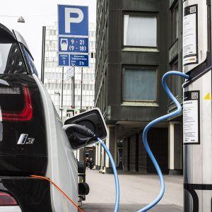 Sähköauto latauksessa Helsingin keskustassa.