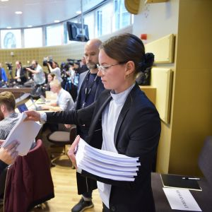 Toimittajajille jaetaan tuomioasiakirjoja 7.  kesäkuuta Tukholmassa.