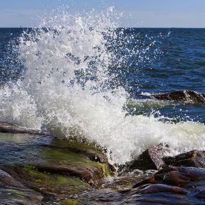 meri tyrskyää rantakallioilla