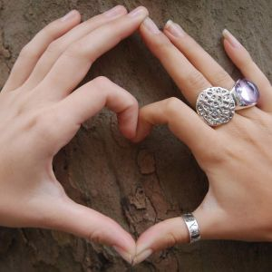 Kaksi kättä  muodostaa sydämen.