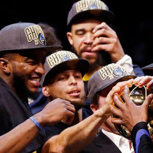 Golden Staten pelaajat juhlivat mestaruutta.