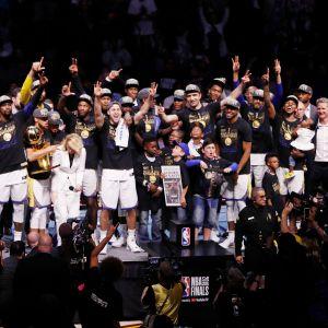 Golden Staten pelaajat ryhmäkuvassa.