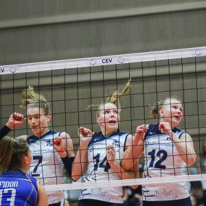 Suomen naisten lentopallomaajoukkueen pelaajia torjumassa verkolla.