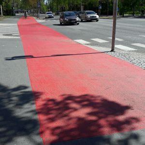 Supersuojatiellä jalankulkijat ja pyöräilijät erotellaan toisistaan omille kaistoilleen.