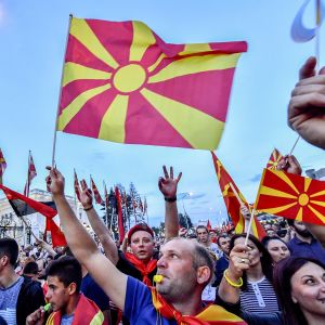 mielenosoittajat heiluttavat lippuja