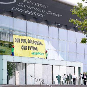 Greenpeace osoitti mieltään EU:n energiaministereiden kokouksessa.