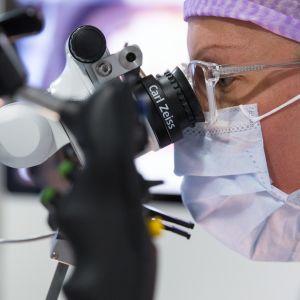 Erikoistuva lääkäri Mirva Nätynki harjoittelee robottimikroskoopin käyttöä