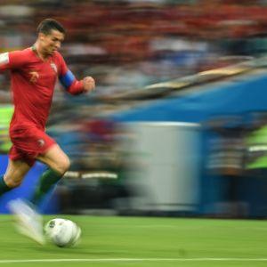 Cristiano Ronaldo kuljettaa palloa.