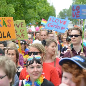 Kokkola Priden kulkue keskellä kaupunkia.