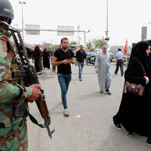Irakilaissotilas partioimassa shiiamuslimien kulkiessa kohti Imam Musa al-Kadhimin pyhäkköä Bagdadissa 10. huhtikuuta.