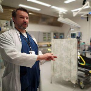 Yhteispäivystyksen ylilääkäri Risto Hannula kriittisesti sairaan potilaan hoitohuoneessa.