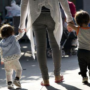 Nainen etsii suojaa lastensa kanssa Tijuanassa