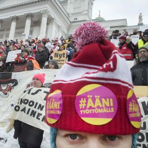 Ihmiset osoittivat mieltään aktiivimallia vastaan Helsingin Senaatintorilla helmikuussa 2018.