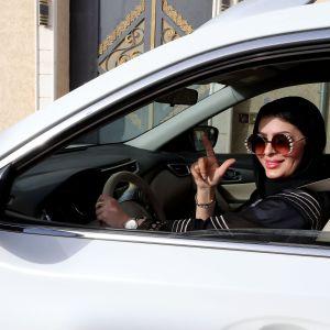 Saudi-Arabialainen nainen ajaa