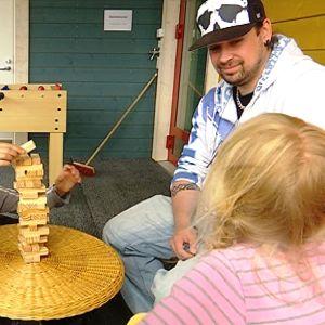 Nuoriso-ohjaaja Joni Goman pelaa kaatuvaa tornia meltauslaisten lasten kanssa