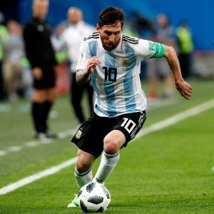 Lionel Messi kuljettaa palloa.