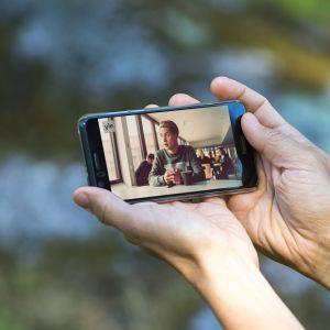 TV-sarjojen katselua älypuhelimella