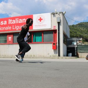 Punaisen ristin leirissä Ventimigliassa asuu yli 500 siirtolaista ja turvapaikanhakijaa.