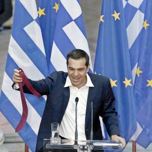 Kreikan pääministeri Alexis Tsipras tuulettaa kravatillaan.