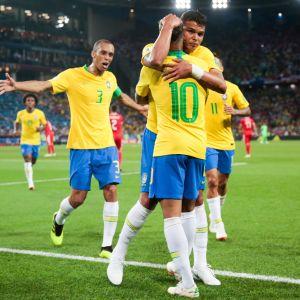 Brasilian pelaajat juhlivat.