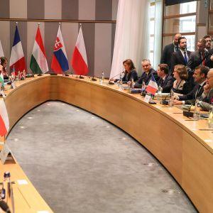 Johtajia kokouspöydässä.