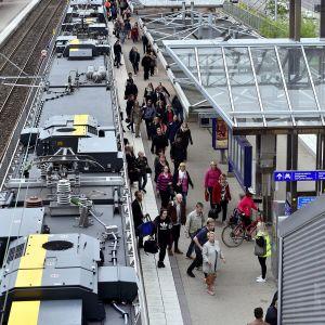 Ihmisiä tulossa junasta Pasilassa.