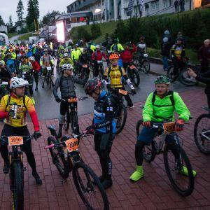 Pyöräilijät odottavat lähtöviivalla.