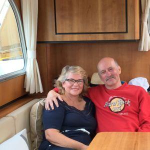 Marja ja Erkki Niinimäki istuvat veneensä salongissa.