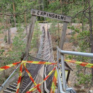 riippusilta Repoveden kansallispuistossa, silta eristetty nauhoilla, Lapinsalmi