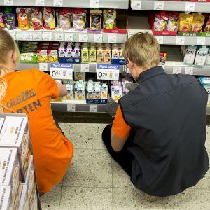 Kaupassa yleisiä kesätyöntekijöiden tehtäviä ovat kuorman purku ja hyllytys.