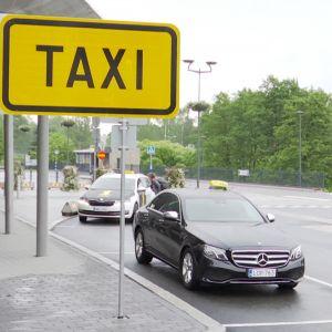 Takseja taksiasemalla Kuopiossa.