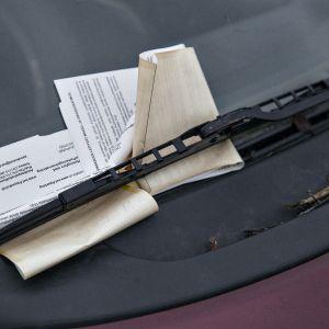 Auton saa lunastettua ulos varikolta vain maksamalla pysäköintivirhemaksut sekä siirto- ja säilytyskulut.