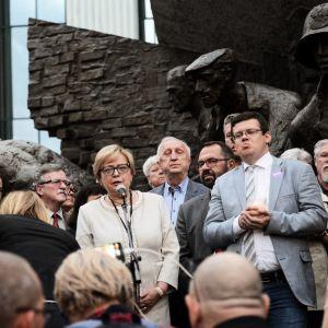 Nainen ja mielenosoittajia Varsovassa.