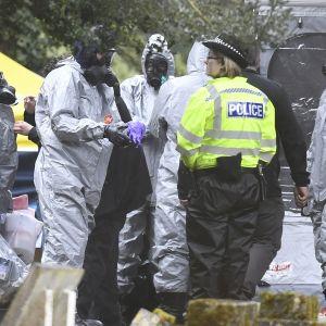 Suojapukuisia tutkijoita ja poliiseja Salisburyssa.