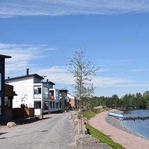 Asuntomessutaloja joen rannalla.