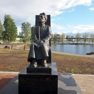 Runonlaulaja Miihkali Arhippaisen patsas Joensuun Ilosaaressa.